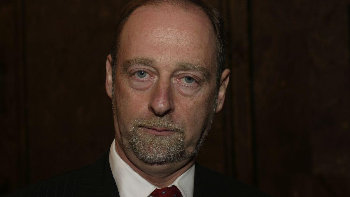 Ein Mann in Jacket und mit rotem Schlips: Martin Meyer