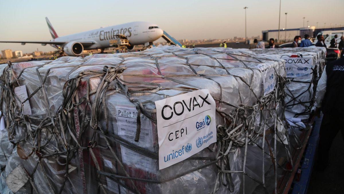 Symbolbild: Paletten mit AstraZeneca Impfstoff beim Verladen auf dem Flugfeld.