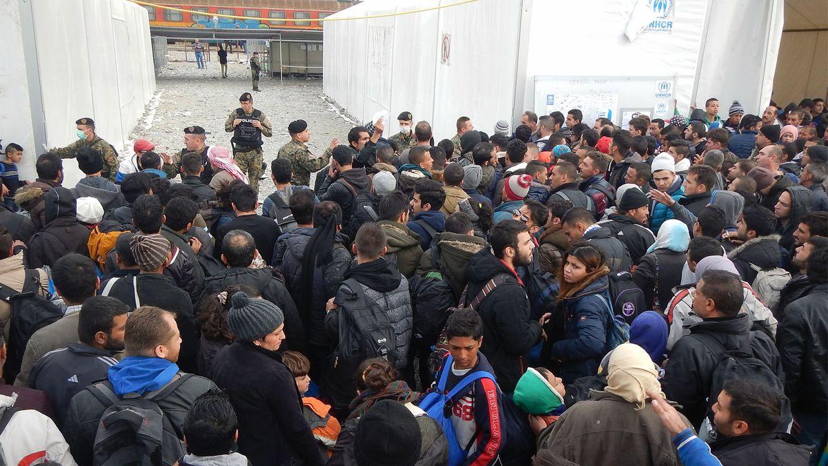 Menschenmenge von der mazedonischen Polizei koordiniert