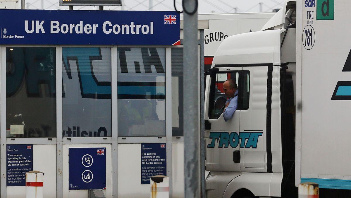 Ein Lastwagen bei der Grenzkontrolle vor dem Eurotunnel in Calais.