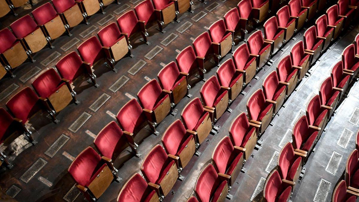 Leere Sitzreihen in einem Theater