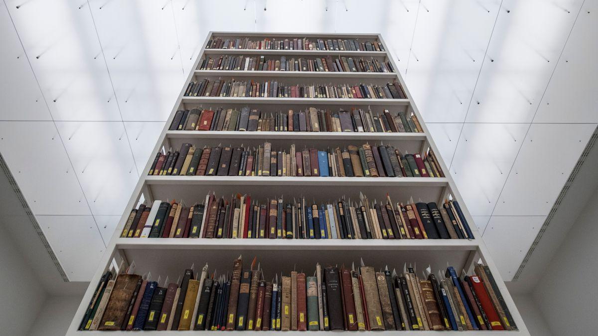 Diese Arbeit erregte Aufsehen: Maria Eichhorns Installation mit illegal beschlagnahmten Büchern deutscher Jüdinnen und Juden auf der documenta 14