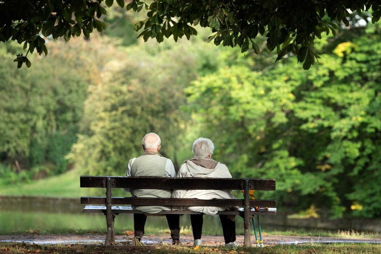 Sachsen Dresden Zwei Rentner sitzen auf einer Bank