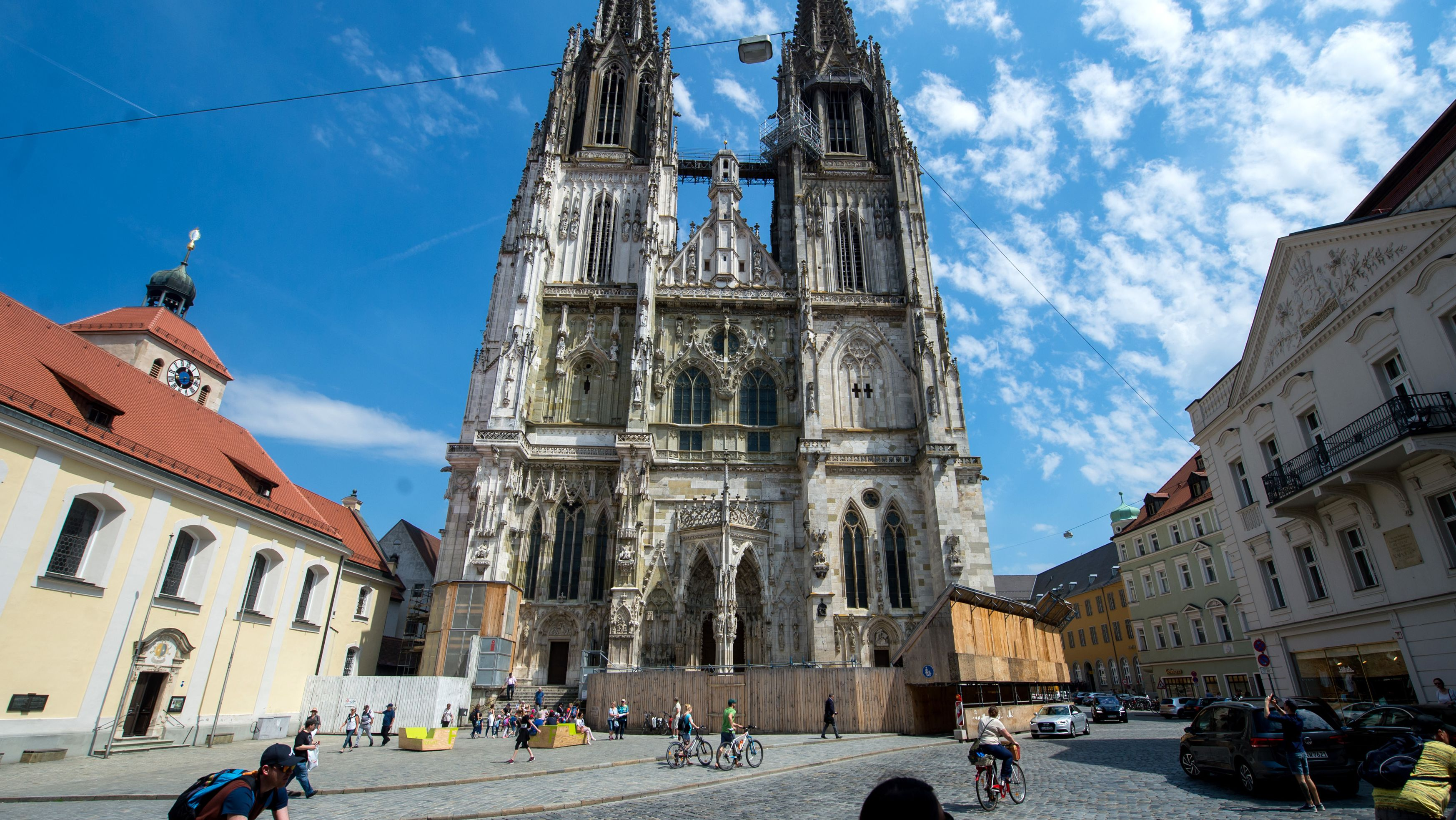 Das bedeutende Wahrzeichen von Regensburg ist der gotische Dom aus dem 13. Jahrhundert mit seinen Zwillingstürmen.