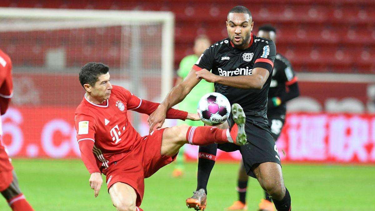 Leverkusens Jonathan Tah (r) in Aktion gegen Robert Lewandowski (l) von Bayern.