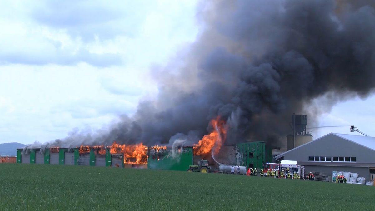 Brennende Halle eines holzverarbeitenden Betriebs bei Burgbernheim