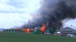 Brennende Halle eines holzverarbeitenden Betriebs bei Burgbernheim   Bild:News5