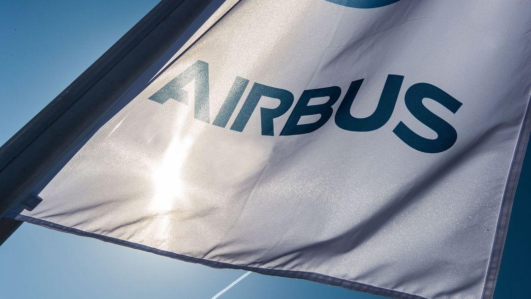 Flagge mit Airbus Logo (Symbolbild)