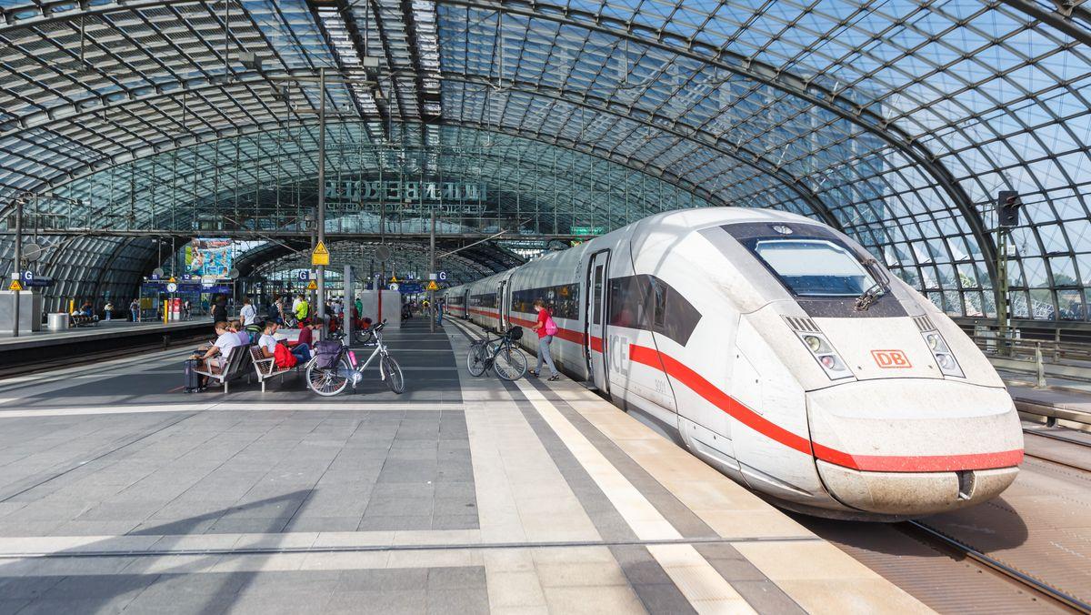 ICE in der Bahnhofshalle des Berliner Hauptbahnhofs