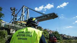 Ein Arbeiter inspiziert das Gebiet um die eingestürzte Morandi Autobahnbrücke | Bild:dpa-Bildfunk
