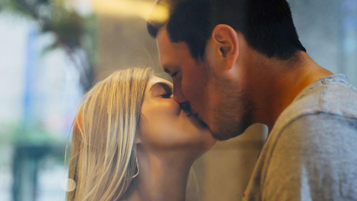 Symbolbild: Ein Paar küsst sich