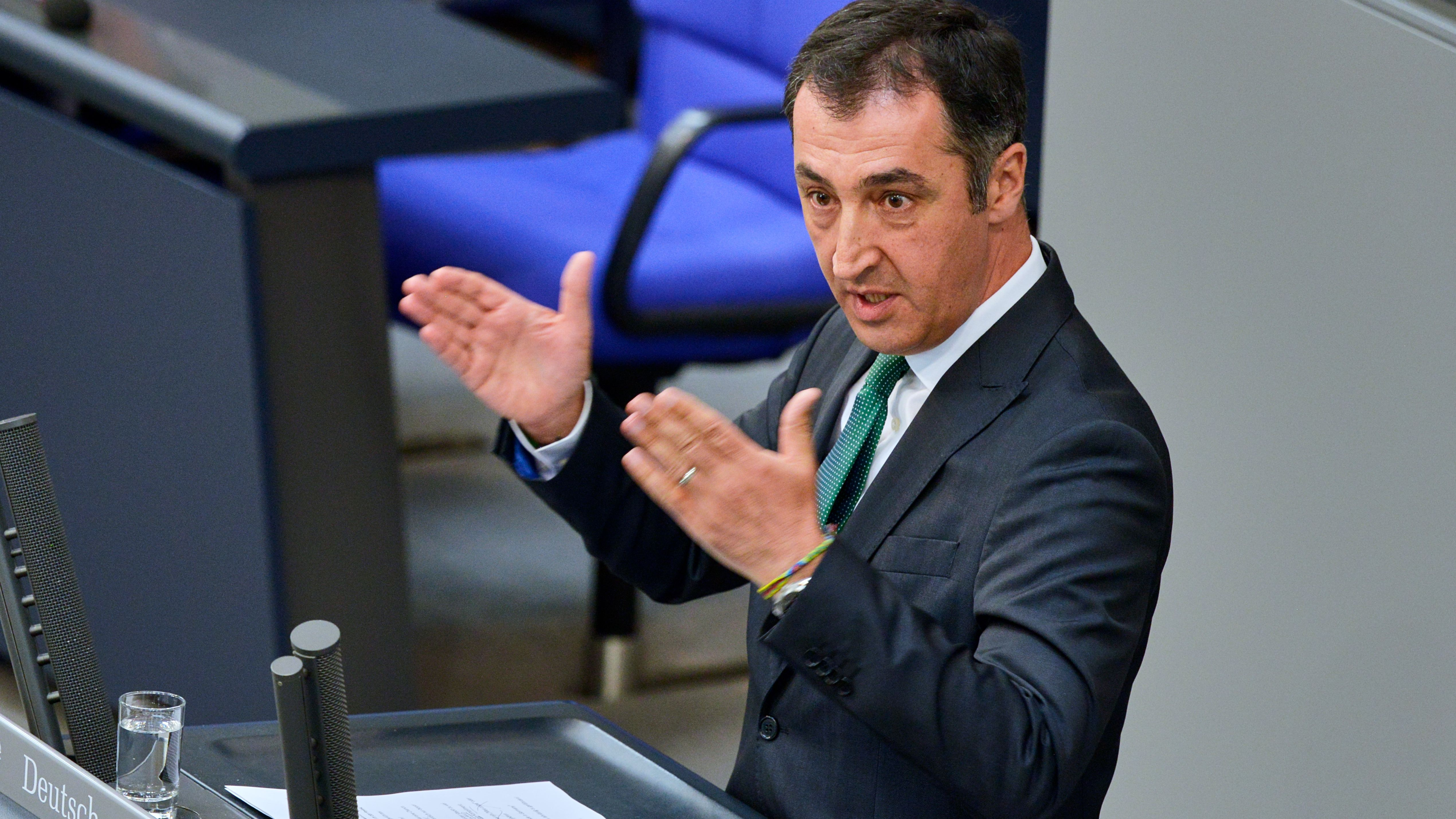 Cem Özdemir spricht bei der Plenarsitzung des Deutschen Bundestages am 15. August 2018 in der Debatte um Verkehr und digitale Infrastruktur.