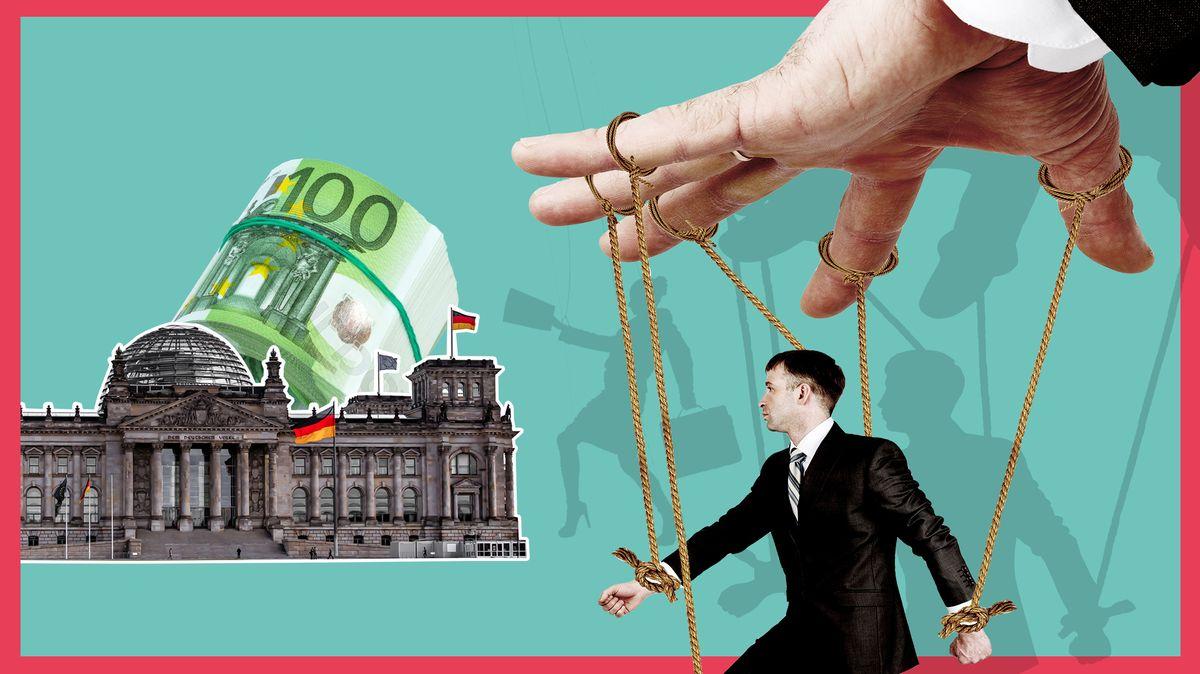 Ein Mann im Anzug, der wie eine Marionette an Fäden hängt. Über ihm eine Hand, die diese Fäden zieht und somit die Bewegungen des Mannes steuert. Links im Bild der Reichstag in Berlin, dahinter ein Bündel 100-Euro-Scheine.