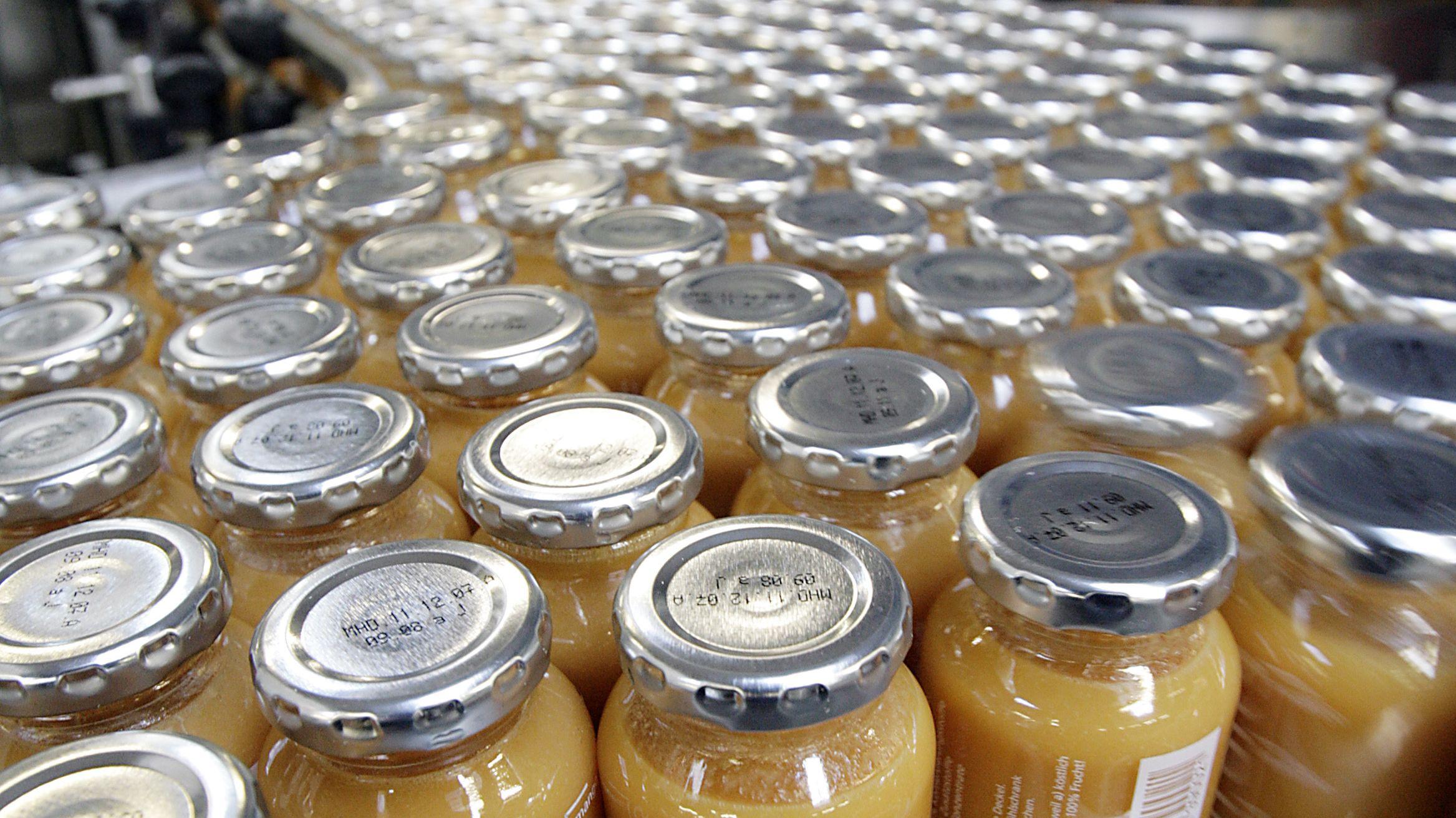 Abgefüllte Flaschen des Trendgetränks True Fruits stehen in der Produktion in Großaspach auf einem Laufband.