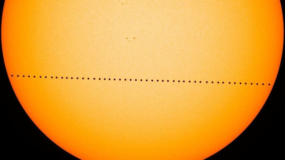Merkurtransit, zusammengesetzt aus Aufnahmen des NASA-Sonnenforschungssatelliten Solar Dynamics Observatory (SDO) vom 9. Mai 2016