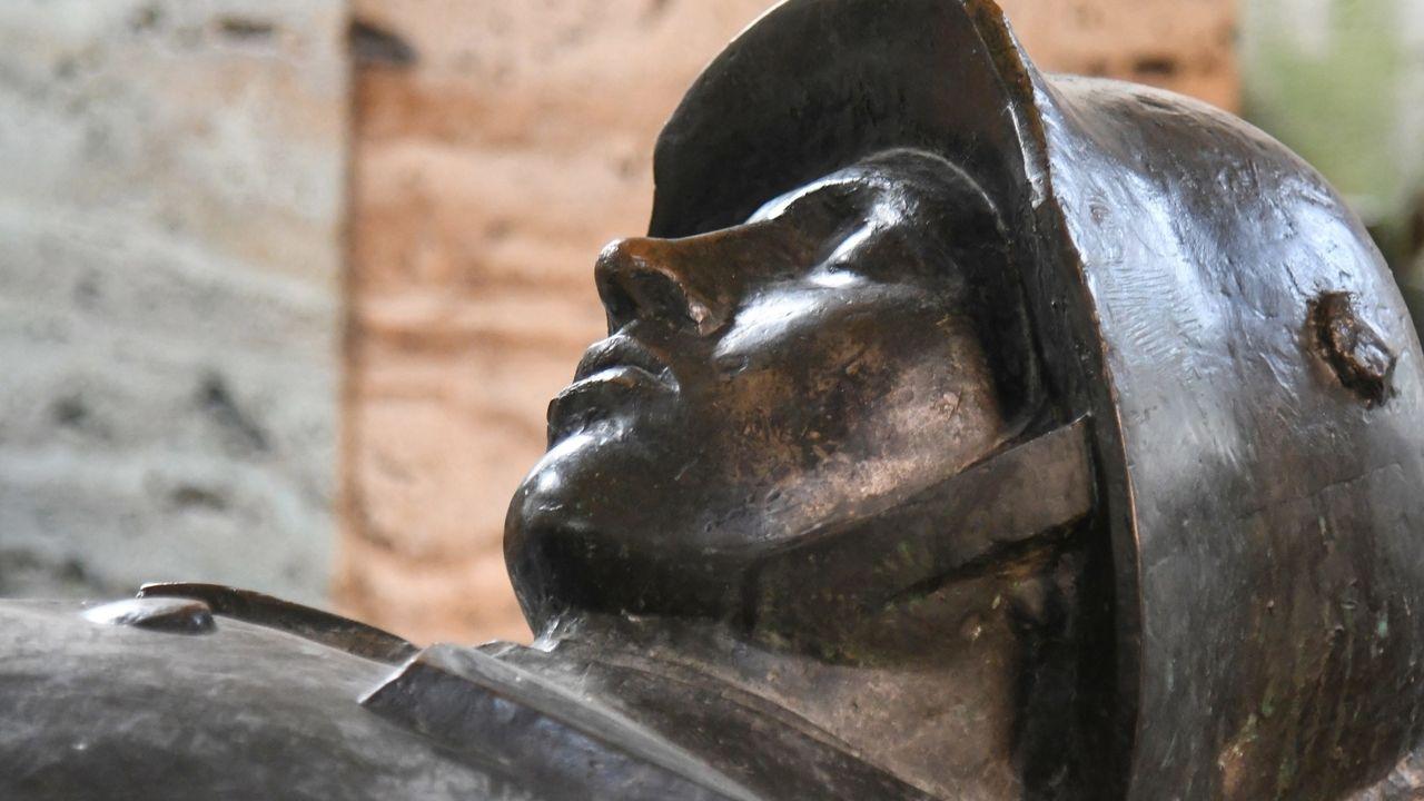"""Kriegerdenkmal im Hofgarten, München - Die Figur eines liegenden toten Soldaten trägt die Inschrift: """"Sie werden auferstehen""""."""