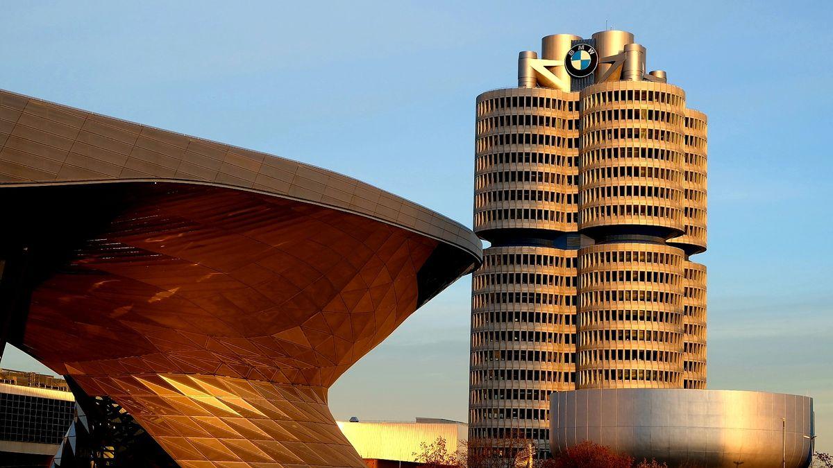 BMW Firmenzentrale in München im Abendlicht