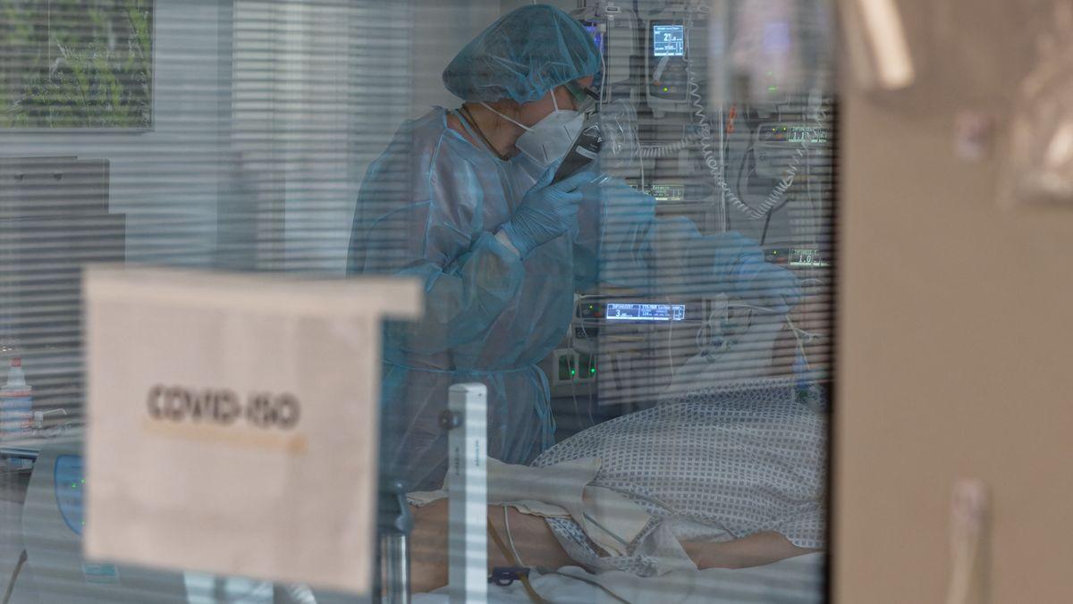 Eine Pflegerin versorgt in der Intensivstation einen Coronapatienten