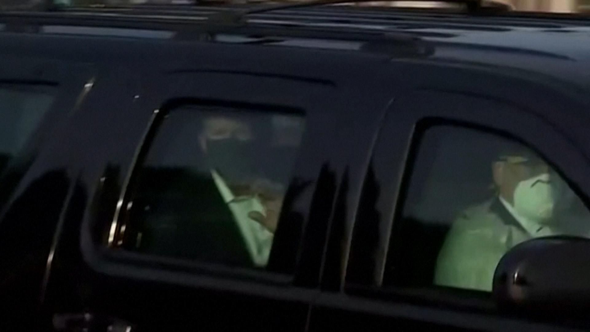 Trump winkt seinen Fans aus einem Geländewagen.