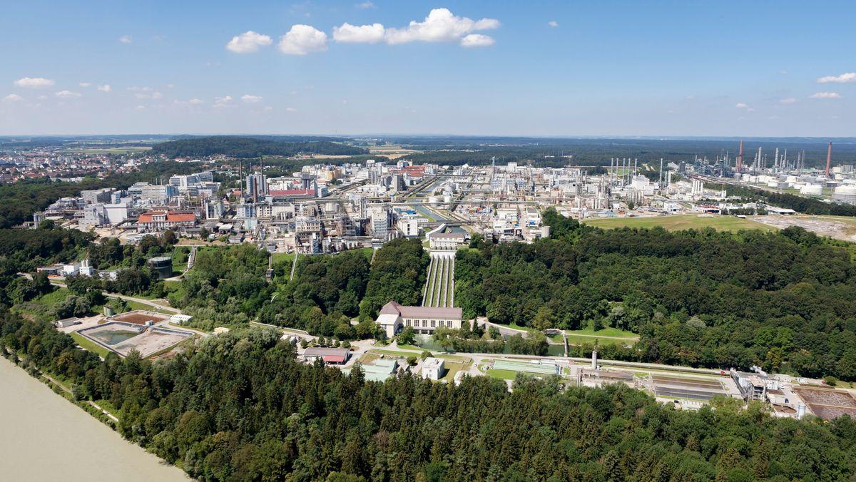 Luftaufnahme des Produktionsstandorts der Wacker Chemie AG in Burghausen