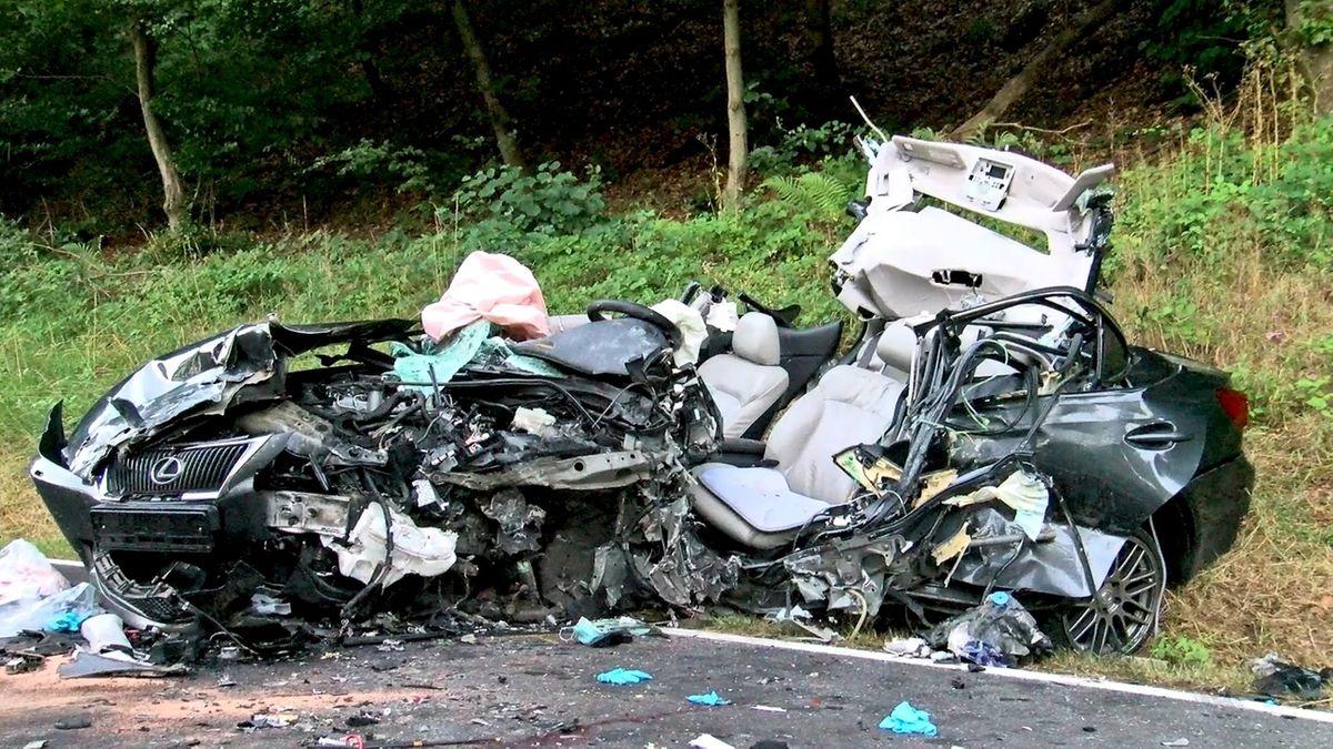 Verunglücktes Fahrzeug nach dem Unfall auf der Kreisstraße bei Neuendorf