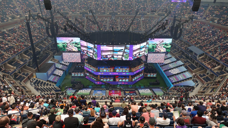 Zuschauer verfolgen den Fortnite World Cup im Arthur Ashe Tennisstadion.