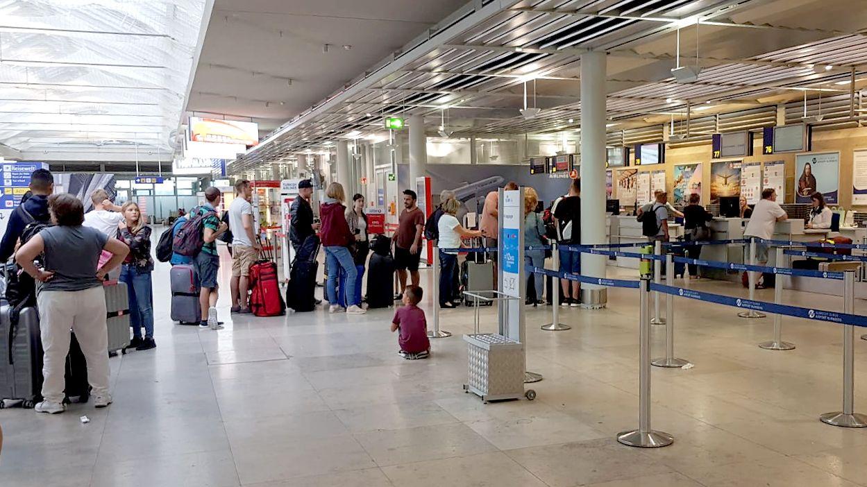 Fluggäste warten am Nürnberger Flughafen
