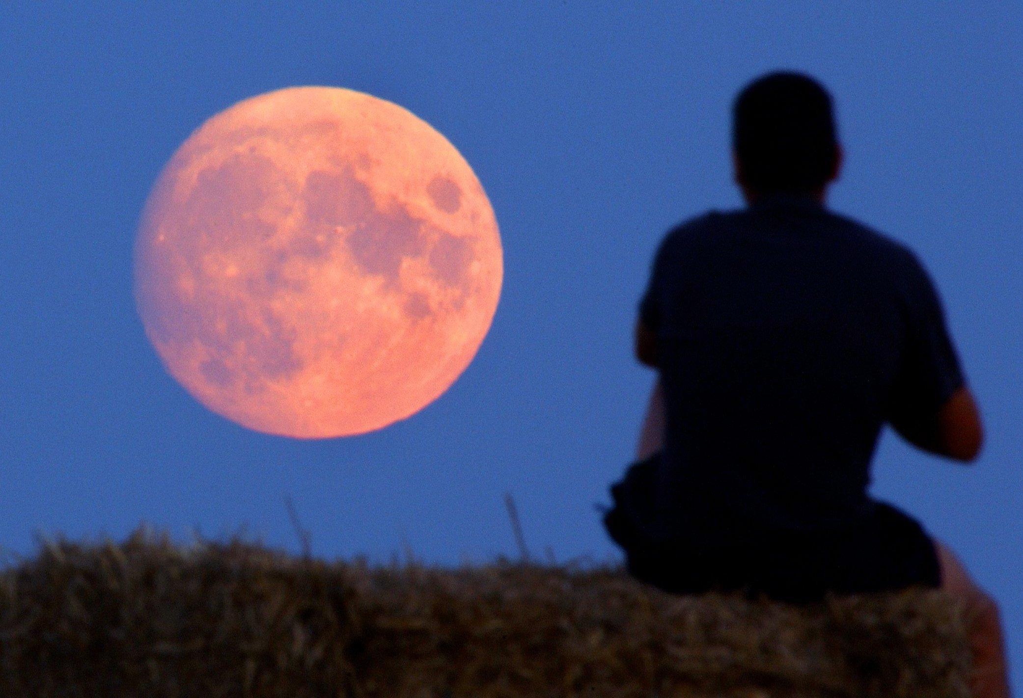 rot leuchtender Vollmond am Horizont