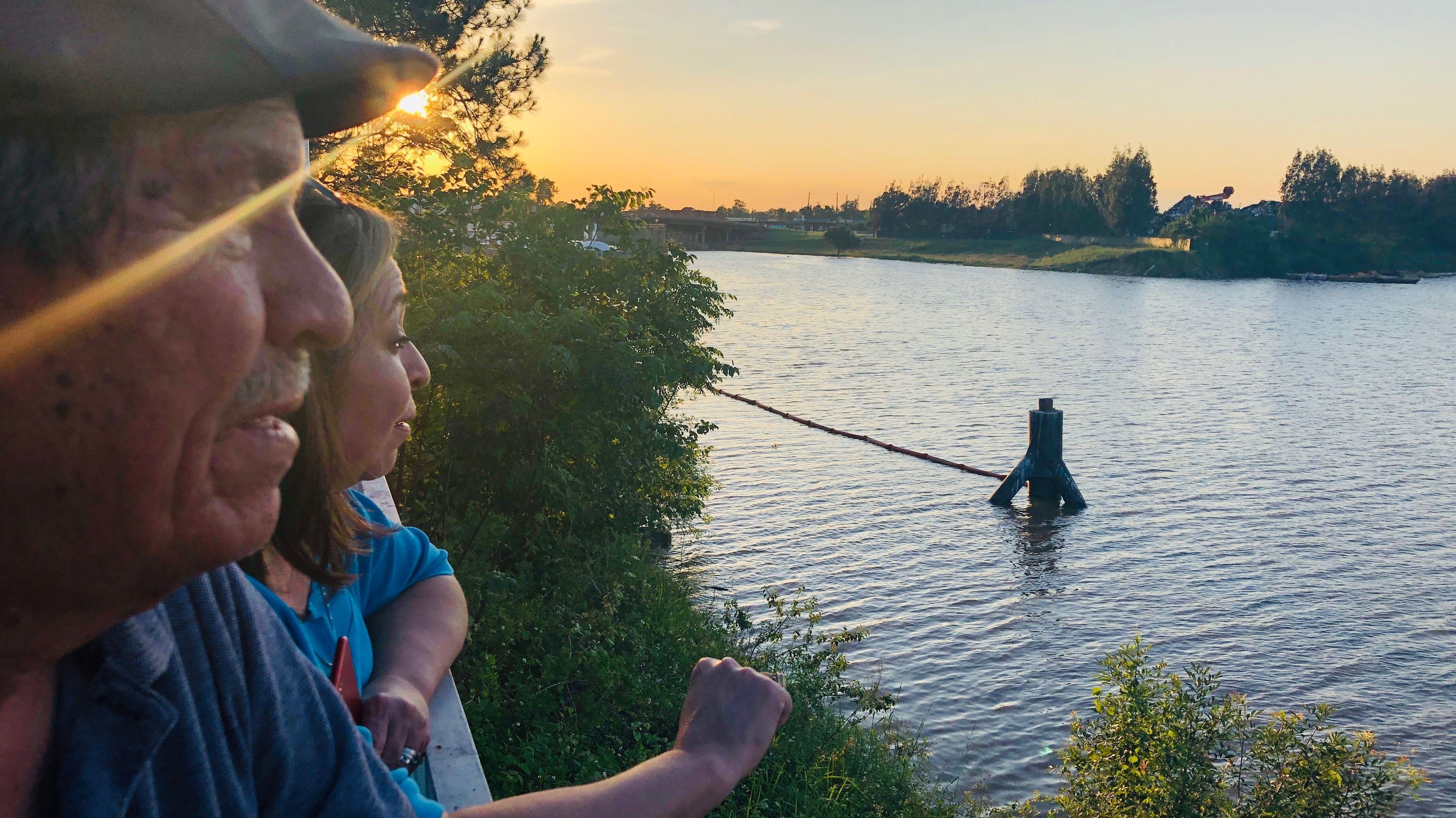 Juan und Ana Parras schauen den Sonnenuntergang an am Buffalo Bayou Fluss
