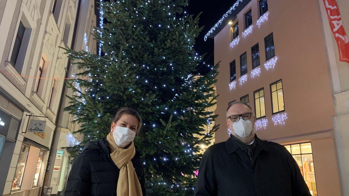 Elisabeth Salwiczek von City Marketing Passau und Passaus OB Jürgen Dupper vor der eingeschalteten Weihnachtsbeleuchtung in der Innenstadt
