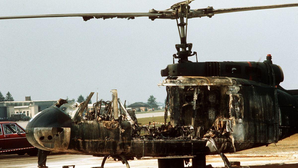 Ein ausgebrannter Hubschrauber des Bundesgrenzschutzes steht in Fürstenfeldbruck, wo in der Nacht zum 06.09.1972 neun verbliebene Geiseln, fünf Terroristen und ein Polizist bei einer Schießerei starben.