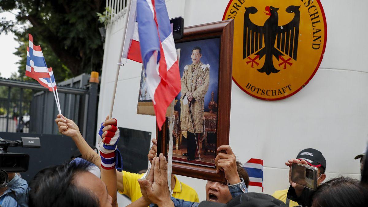 Ein Unterstützer der thailändischen Monarchie zeigt ein Bild von König Maha Vajiralongkorn vor der deutschen Botschaft.