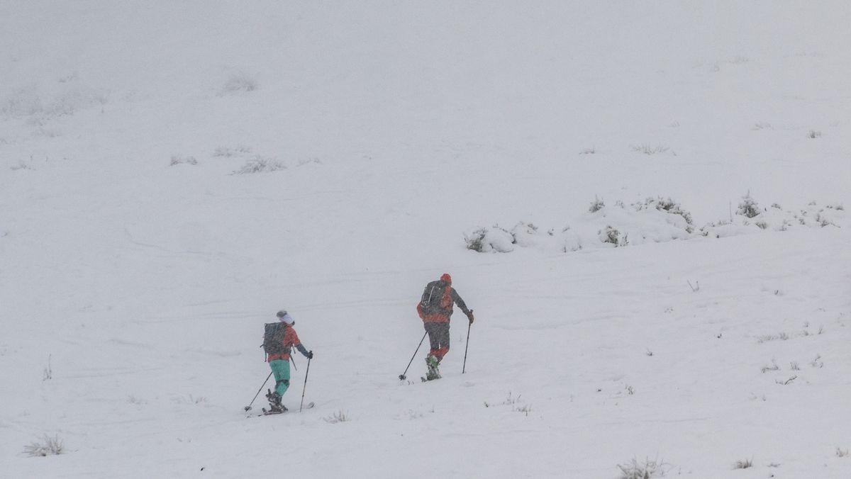 Skiwanderer gehen auf der Skipiste am Großen Arber