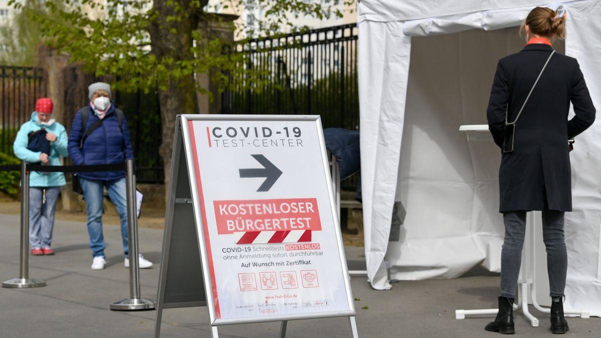 Vor dem Eingang zum Tierpark Berlin ist ein Testzentrum eingerichtet.