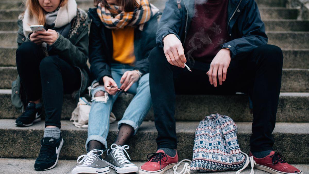 Jugendliche sitzen auf einer Treppe