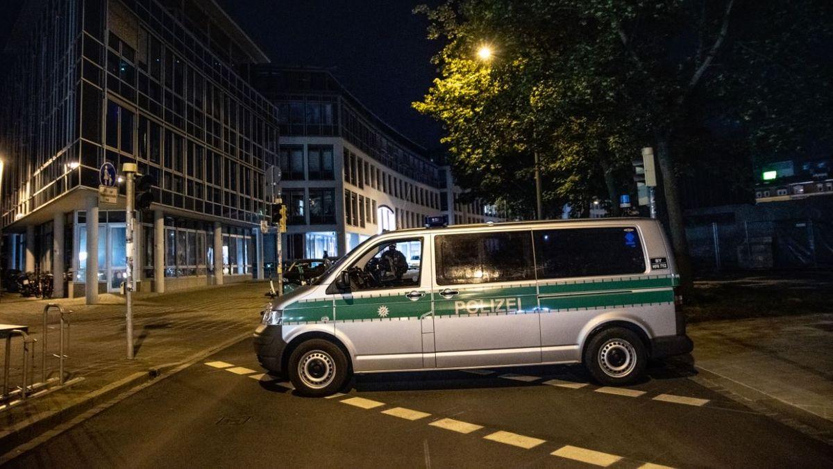 Ein Polizeibus sperrt die Roonstraße ab