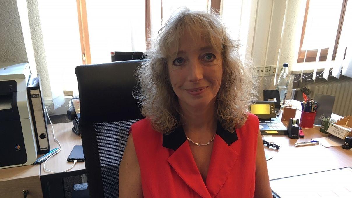 Die Leutershäuser Bürgermeisterin Sandra Bonnemeier sitzt an ihrem Schreibtisch im Rathaus.
