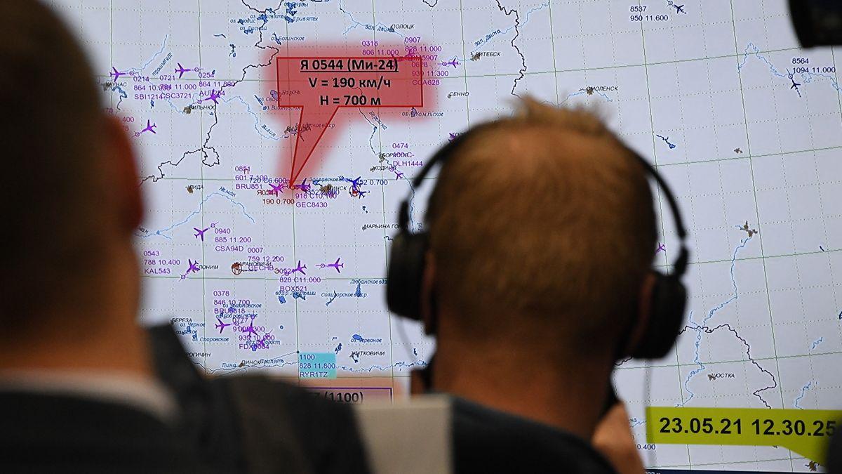 Luftfahrtexperten vor einer Karte mit der Flugroute der zwangsgelandeten Ryanair Maschine. (14.6.2021)