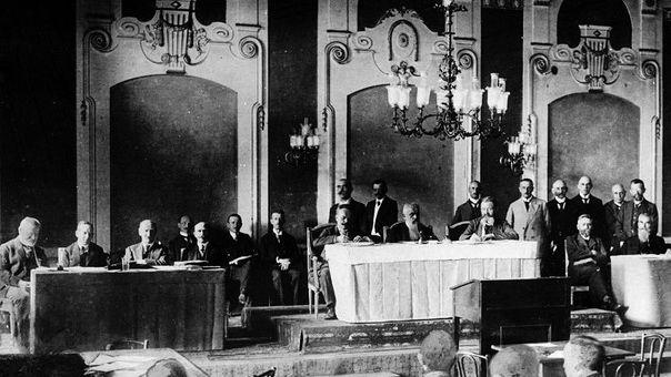Am 14. August 1919 wird im Spiegelsaal der Harmonie am Schillerplatz die Verfassung des Freistaats Bayern verabschiedet.