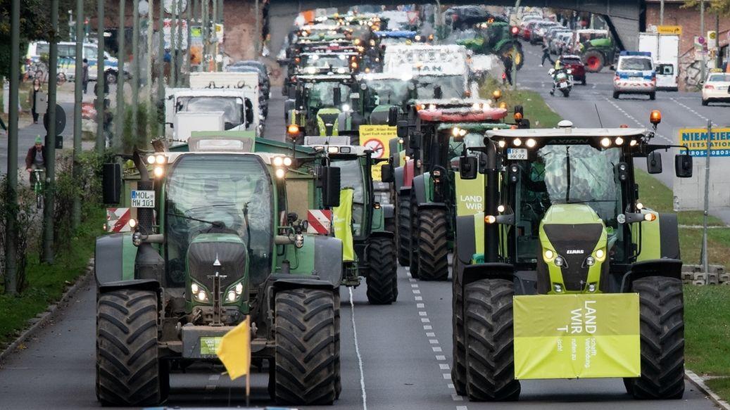 Traktoren auf einer Straße in Berlin