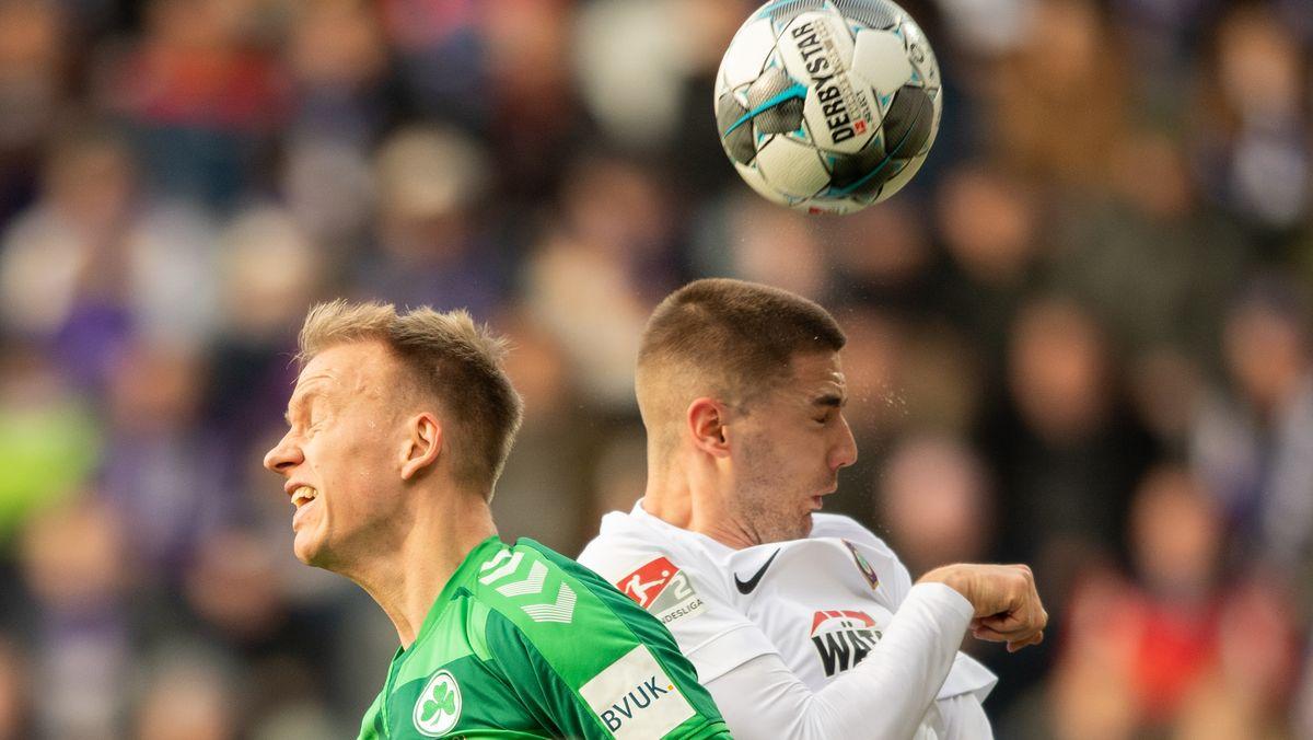 Aues Marko Mihojević (rechts) im Kopfballduell gegen Fürths Havard Nielsen.