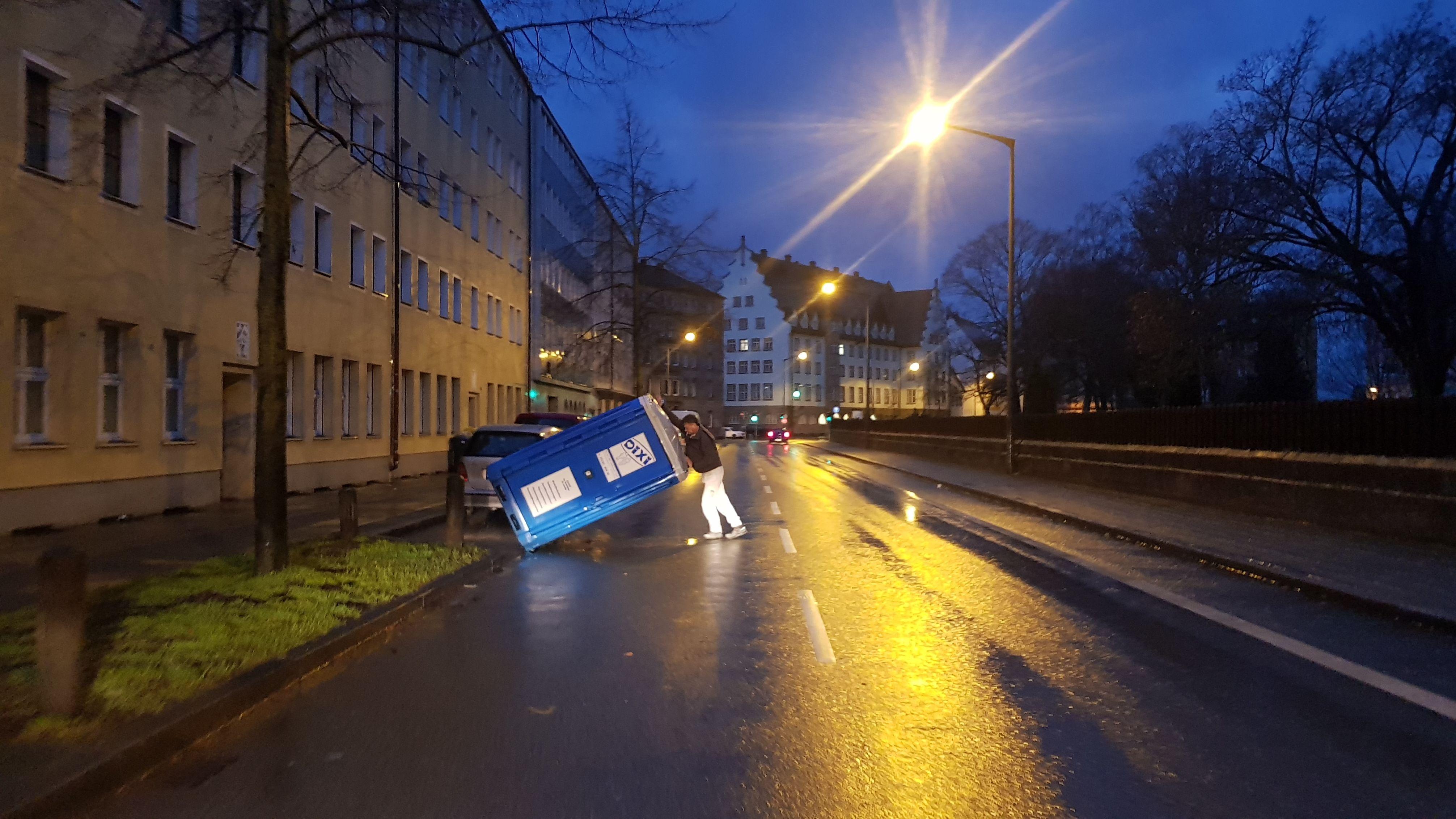 Wegen dem Sturm umgestürzt: Mann stellt Toilettenhäuschen in Nürnberg wieder auf