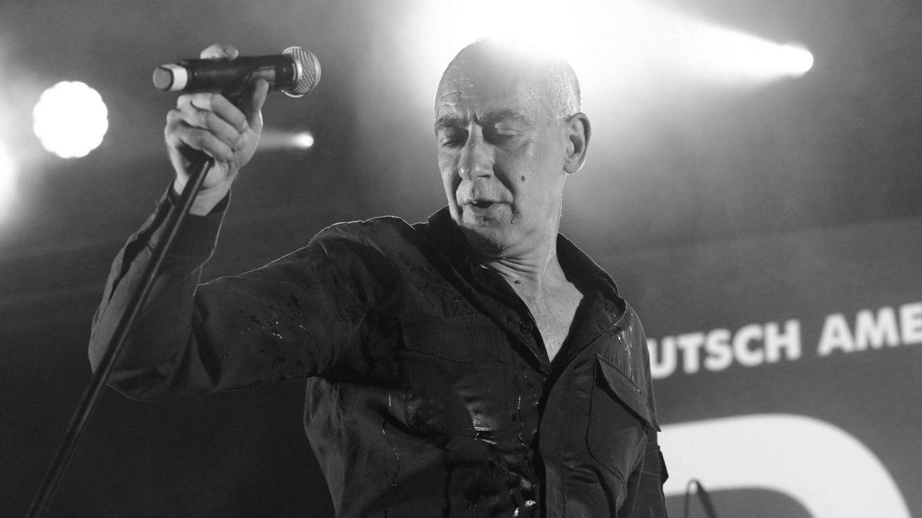 """Der Sänger Gabriel """"Gabi"""" Delgado-López bei einem Konzert auf der Bühne."""