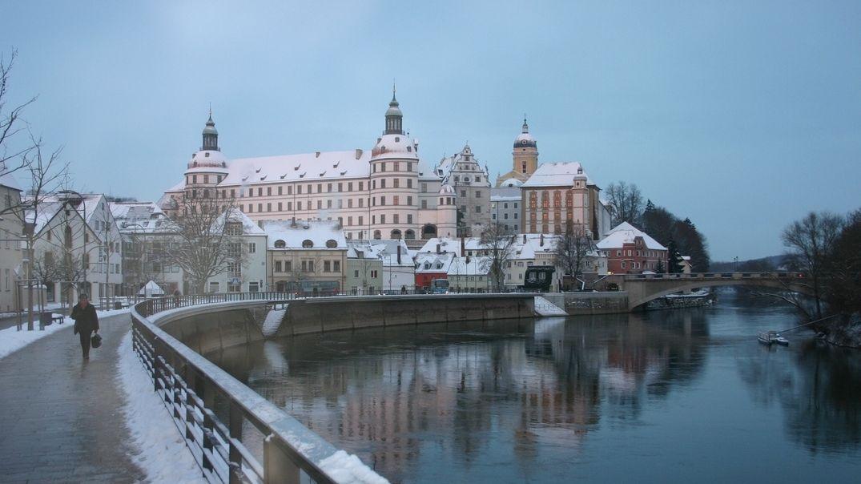 Das Neuburger Residenzschloss mit Uferpromenade an der Donaugelegen im Winter