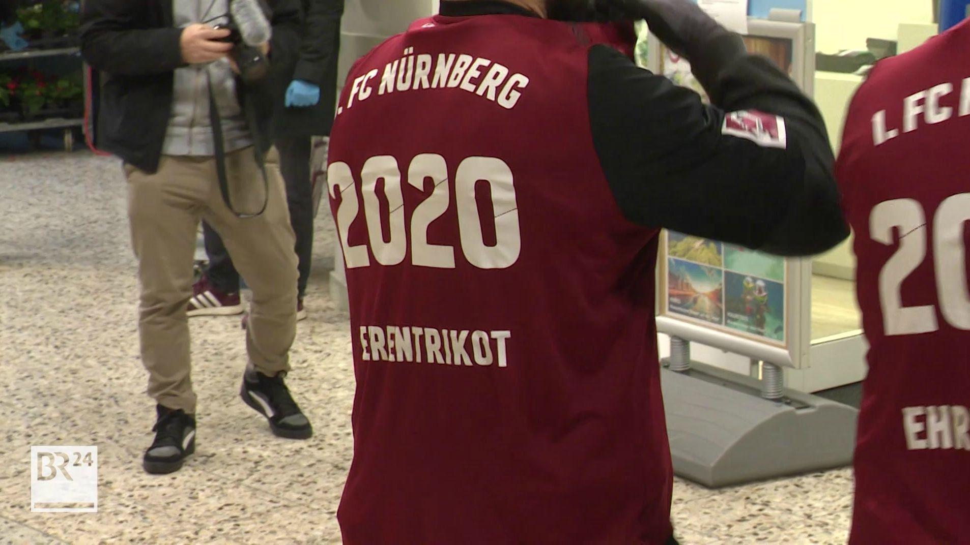 """Ein Mann mit einem """"Ehrentrikot"""" der 1. FC Nürnberg"""