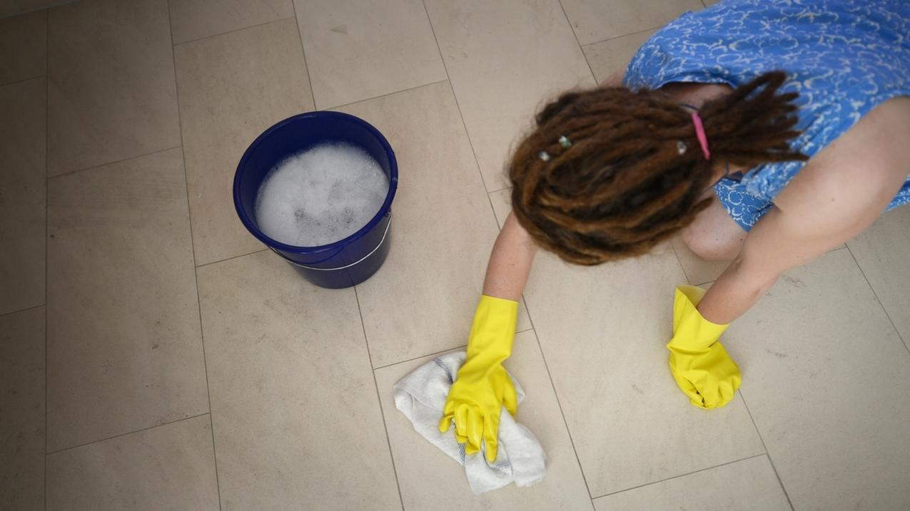 Eine Frau putzt den Fußboden.