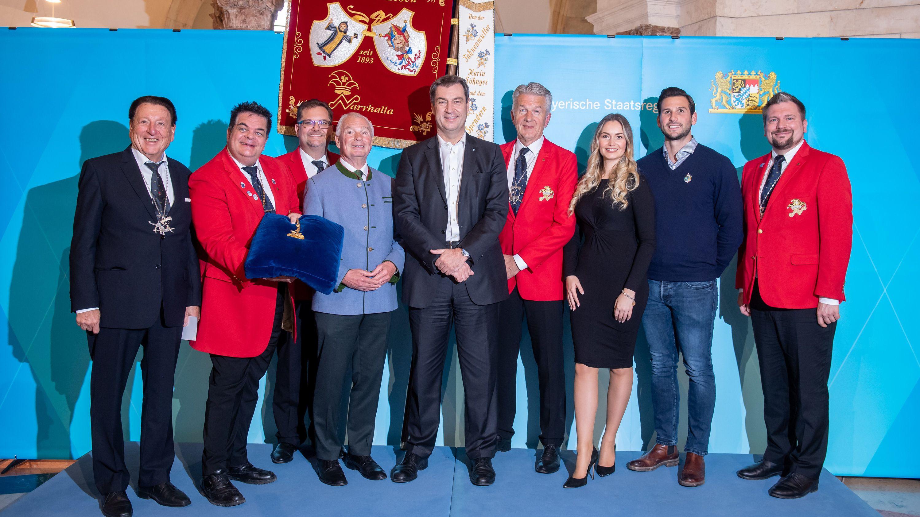 Ministerpräsident Markus Söder bei seiner Nominierung für den Karl-Valentin-Orden mit Vertretern der Münchner Karnevalsgesellschaft Narrhalla