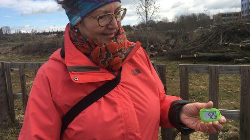 Inge Drechsel mit Schrittzähler