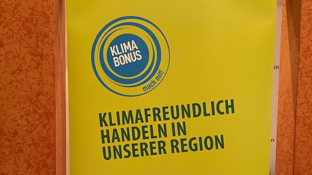 """""""Klimaboni"""" sollen die Regionalwirtschaft fördern und die Verbraucher belohnen- Plakat mit Aufschrift """"klimafreundlich Handeln in unserer Region"""""""