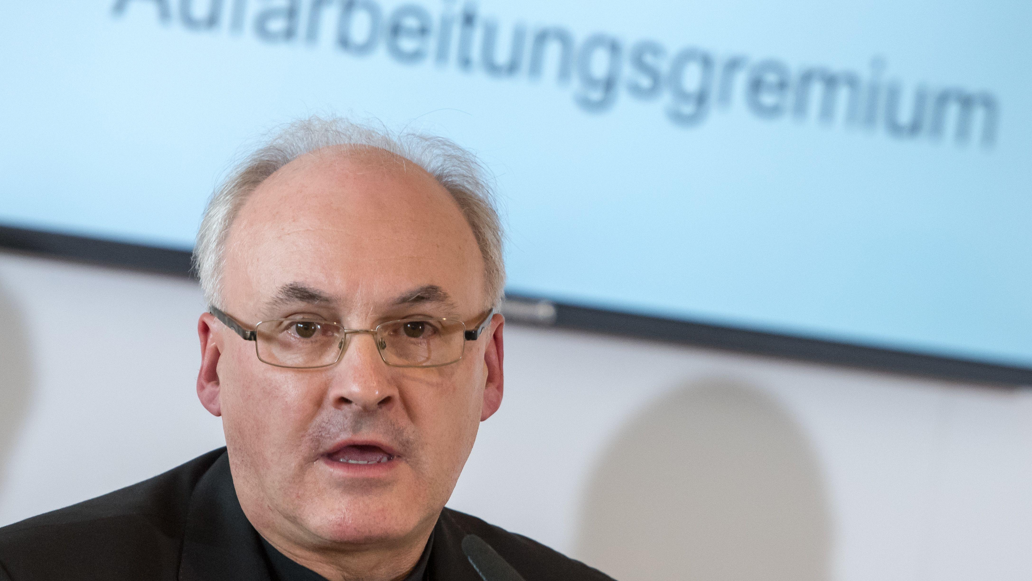 Im Vordergrund: Bischof Voderholzer, im Hintergrund eine Projektion auf einer Leinwand